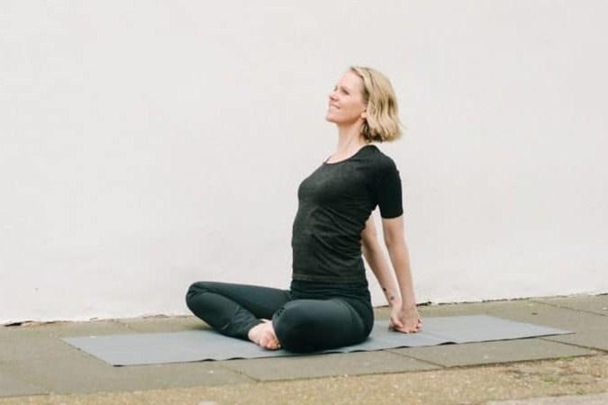 8 Pose Yoga Terbaik Untuk Mengatasi Pegal Wanita Menyusui ...